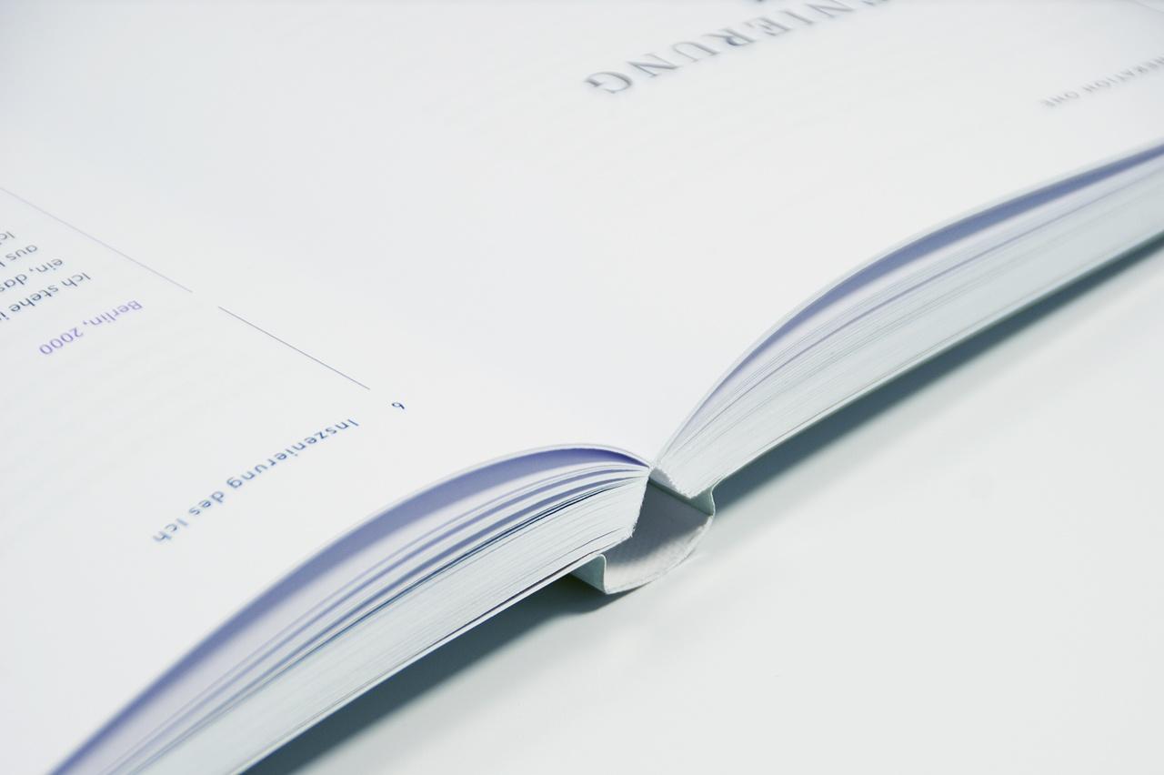 """Detailabbildung zu """"Wir Internetkinder"""" von Julia Peglow: geöffnetes Buch, Ansicht der Bindung"""
